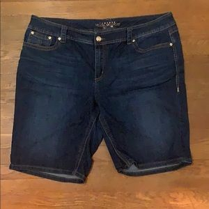 Melissa McCarthy Shorts - Summer staple!🌴☀️ EUC size 5 pocket denim shorts.
